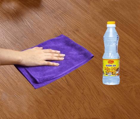 Dùng giấm để làm sạch vết sơn trên nền nhà