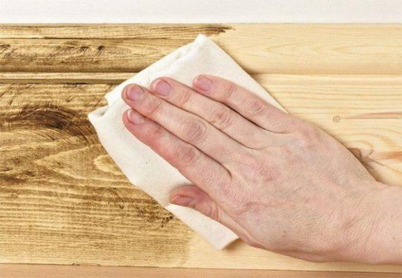Dùng giấy nhám để làm sạch vết sơn trên nền nhà